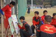 試合前のボトムアップミーティングで戦略を立てる安芸南高の部員(畑喜美夫監督提供)