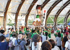 はしごを登って乱舞するなど個性豊かな獅子舞が繰り広げられた=高松市サンポート、大型テント広場