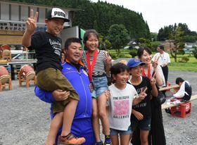 佐藤征平さん(左から2人目)と記念撮影する子どもたち