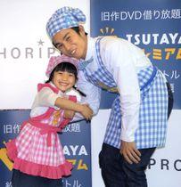 「リョウリズム」に出演する山崎莉里那(左)と中尾明慶=東京都内