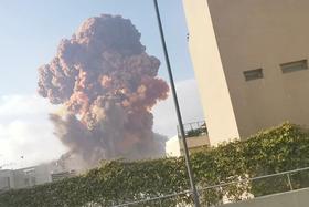 4日、巨大爆発によって巨大な煙が上がるレバノンの首都ベイルート(ロイター=共同)