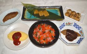 ペースト状にした食材を成形した嚥下食。(左上から時計回りに)サバのみそ煮焼き魚風、ウナギの煮こごり、たこ焼き、サバのみそ煮、ちらしずし、オムレツ=愛知県清須市で