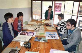 初の合同展示会に向け、作品を持ち寄って準備を進める漫画家志望の若者ら=9日、東伊豆町のダイロクキッチン