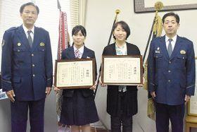 作田隆志署長(左)から感謝状を渡された(左2人目から)小池祥子さんと小林由紀さん=川口署