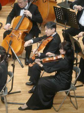 学習院OB管弦楽団の定期演奏会で、ビオラを演奏される皇太子さま=10日午後、東京・目白の学習院創立百周年記念会館(代表撮影)