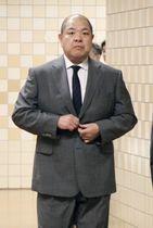 臨時理事会に向かう日本相撲協会の八角理事長=8日午後、東京・両国国技館