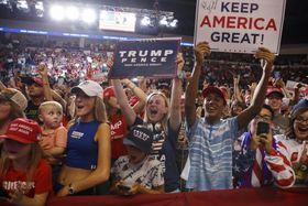 支持者集会に現れたトランプ米大統領を応援する支持者たち=16日、米西部ニューメキシコ州リオランチョ(AP=共同)