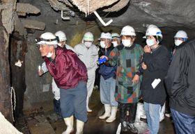 環境復元対策工事の概要を聴き、大切坑内部の状況を見学した地区住民ら