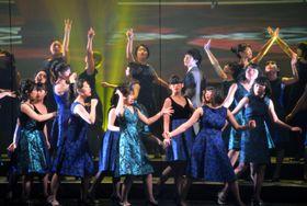 20日、米ニューヨークのオペラ公演でダンスを披露する宮城、福島両県の高校生ら(共同)