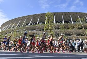 MGCで国立競技場前を力走する選手たち=2019年9月