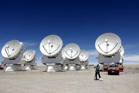 南米チリにあるアルマ望遠鏡の電波アンテナ群=11月24日、チリ北部のアタカマ高地(共同)