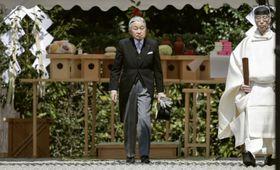 神武天皇陵を参拝された天皇陛下=26日、奈良県橿原市