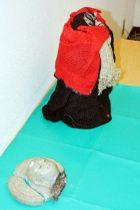 首が折れ、頭部が割れた天神地蔵=18日、福岡市の福岡中央署
