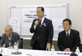旧日本軍BC級戦犯への補償を求める集会であいさつする日韓議員連盟の河村建夫幹事長(中央)。左は李鶴来さん=23日午後、国会