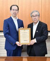 内堀知事に報告する品川市長(右)