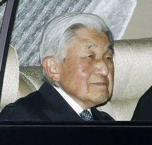 東宮御所のある赤坂御用地に入られる天皇陛下=23日夜、東京・元赤坂