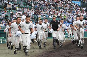 浦和学院に敗れ、悔しさをかみしめながらスタンドあいさつに向かう二松学舎大付ナイン=いずれも甲子園球場で