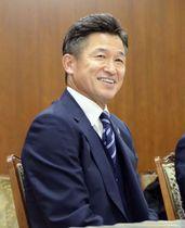 横浜市役所へのシーズン報告で笑顔を見せる横浜FCの三浦知良=3日、横浜市