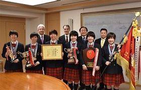 三村知事(後列右から2人目)に優勝を報告した東奥義塾高校女子剣道部の部員たち