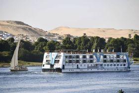 エジプト南部アスワンのナイル川で運航を再開したクルーズ船(右)=2020年12月19日
