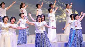 ステージで澄んだ歌声を披露する「花音」のメンバー