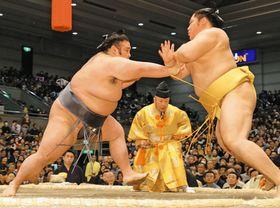 貴景勝(左)は遠藤を突き出しで下す