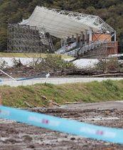 周辺に倒木が散乱した釜石鵜住居復興スタジアム=13日午前9時50分ごろ