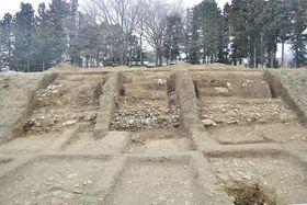 伝逸見曲輪地区で発見された石の斜面(寄居町提供)