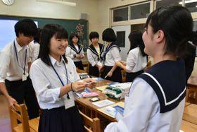 名刺を交換し、自己紹介し合う高鍋高と米沢興譲館高の生徒ら