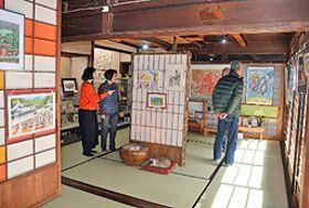 平野勲さんの作品が並ぶ記念館の1階=出雲市大津町