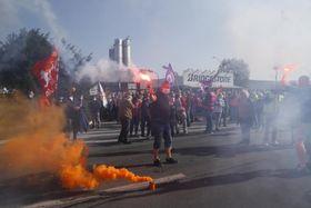 ブリヂストンの工場前で、閉鎖方針に抗議する従業員ら=17日、仏北部ベチューン(AP=共同)