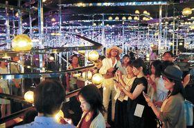 「光群落」の幻想的な光景を楽しむ来場者=金沢21世紀美術館