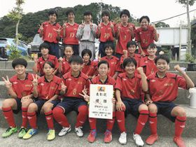 全日本U-18女子サッカー選手権東海大会での活躍を誓う浜松泉FC=静岡市清水区で(同FC提供)