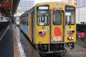 雨の中、勝田駅で発車を待つ気動車