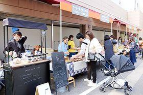 パンやコーヒーを買い求める人でにぎわう会場=高岡市御旅屋町の特設会場