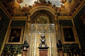 約100億円で落札されたウサギの像=2008年9月、パリ郊外ベルサイユ宮殿(ロイター=共同)
