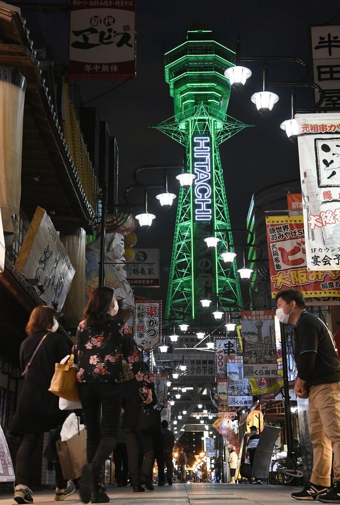 休業要請の段階的解除で大阪・新世界では営業再開した飲食店もあり、人通りが増えてきた=5月22日