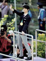 古里・仙台で祝賀パレードの羽生結弦選手=22日午後1時32分、仙台市青葉区