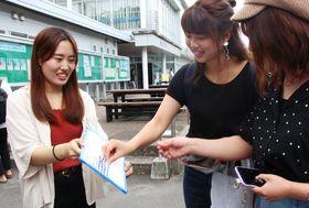 参院選の投票日を知っているかどうか調査する学生(左)=長崎大