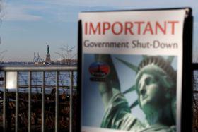 20日、米ニューヨークで、政府機関の一部閉鎖に伴い自由の女神像も閉鎖していることを知らせる看板(ロイター=共同)