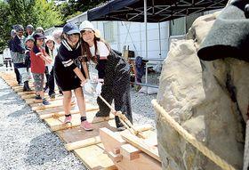 そりを使った江戸時代の石材運搬を再現したイベント=静岡市葵区の駿府城跡天守台発掘調査現場