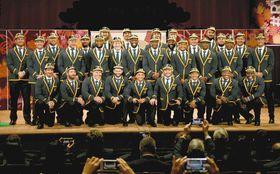 歓迎セレモニーで、記念撮影に応じる南アフリカ代表チームの選手=浦安市で