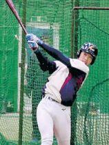 打撃練習に励む武岡=八戸学院大の室内練習場