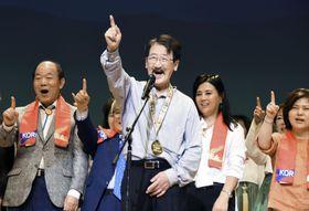 「ワンコリアフェスティバル2019」で、朝鮮語で一つを意味する「ハナ」と呼び掛ける鄭甲寿実行委員長(手前)ら=25日午後、大阪市