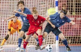 フットサル女子準決勝でスペイン選手と競り合う日本の荒井一花(右)=10月15日、アルゼンチン・ブエノスアイレス(OIS提供)