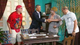 お笑い番組「ビビール・デル・クエント」に出演し、共演者と握手するオバマ米大統領(キューバ国営テレビ提供)