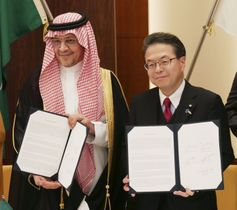 合意文書に署名したサウジアラビアのムハンマド・トワイジリ経済企画相(左)と世耕経産相=17日午後、東京都港区