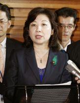 閣議後、記者会見する野田女性活躍相=20日午前、首相官邸