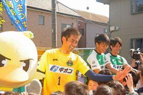 上溝小学校を訪れ、児童とハイタッチする川口選手(中央)=2017年4月