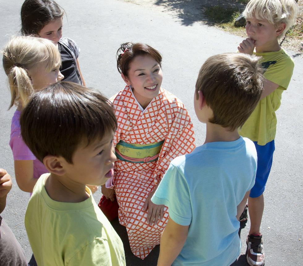 米オレゴン州アシュランド市で英語落語の公演後、子どもたちに囲まれる大島希巳江(撮影・高橋邦典、共同)